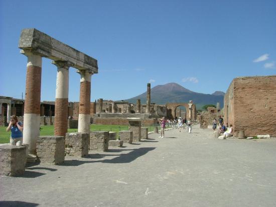 pompeiwithmountvesuvious1.jpg